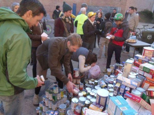 volunteers collecting food for people who need it