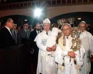 Rabbi Isaac Neuman at a service to mark his initiation and the reopening of the East Berlin synagogue in 1987.