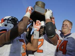 Illini players hold the Land of Lincoln Trophy after Saturday's 47-33 victory.