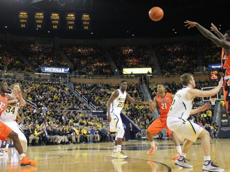 Illinois' Kendrick Nunn passes the ball to Nnanna Egwu during their game against Michigan.