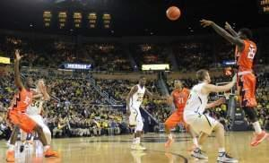 Illinois' Kendrick Nunn passes the ball to Nnanna Egwu during their game against Michigan.