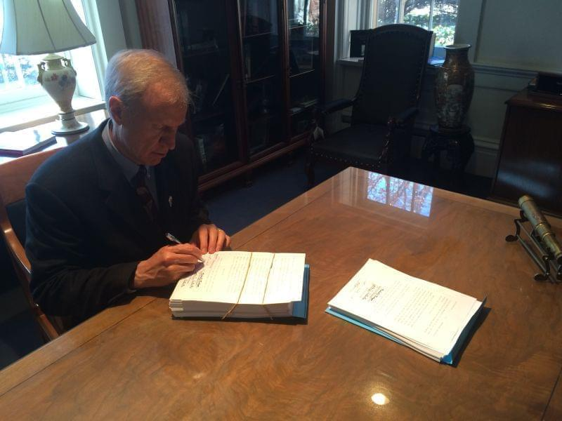 Bruce Rauner signs budget approced by the Illinois Senate