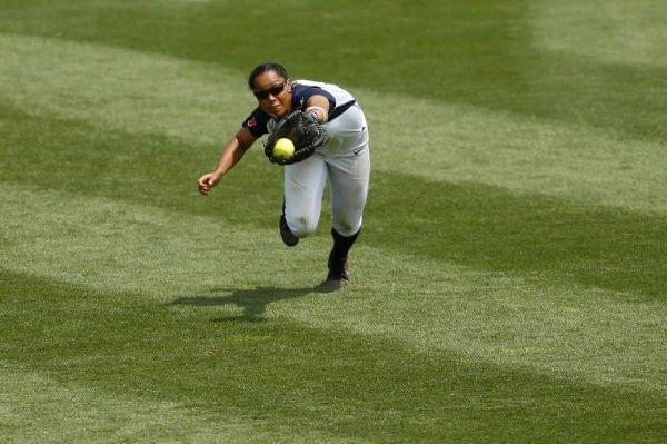 Illini outfielder Nicole Evans makes a diving catch
