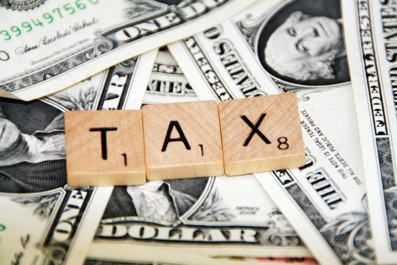 Should Illinois' current flat-tax system be changed to a graduated income tax as the state attempts to deal with its ongoing budget struggles? Two experts debate the merits of the two tax systems.