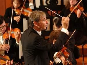 Michael Tilson Thomas conducting